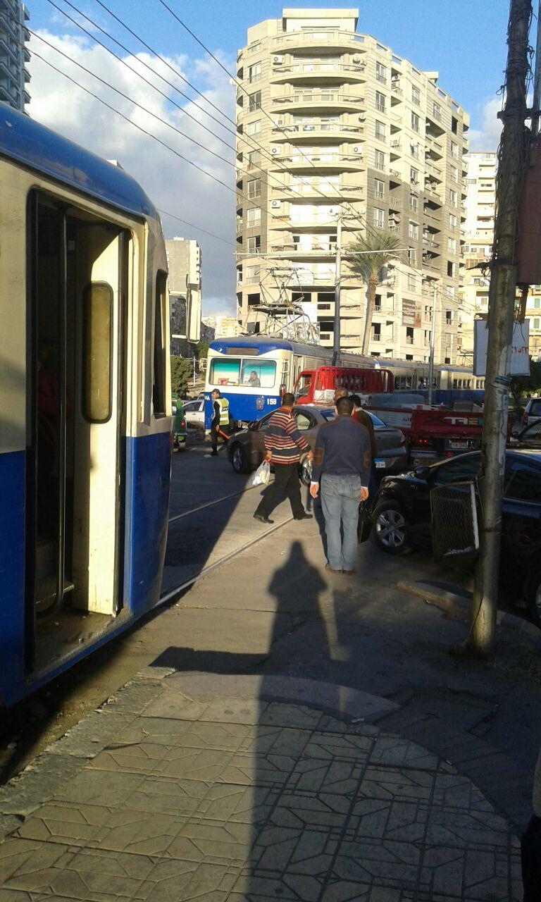 بالصور.. غياب المرور عن تنظيم عبور مزلقانات الترام في الإسكندرية