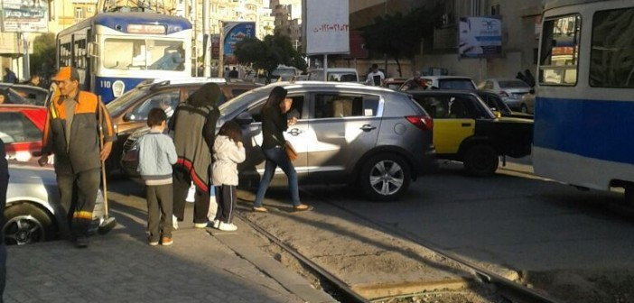 بالصور.. فوضى مرورية على مزلقانات الترام في الإسكندرية