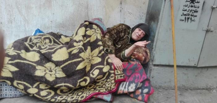 فيديو| ساعدوا العجوز «فريدة» في دخول دار مسنين: «سنتين بالشوارع.. شوفت الويل في الدنيا»