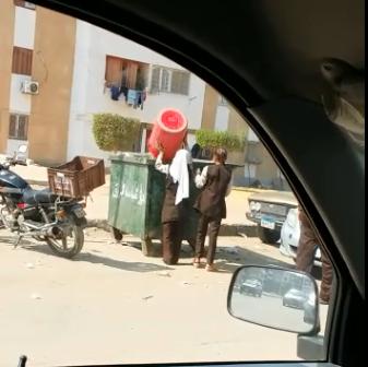 فيديو.. تكليف تلاميذ مدرسة بـ«الشروق» بجمع القمامة.. ومواطن: «طلاب وعمال نظافة»