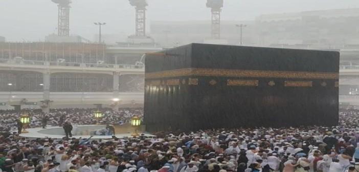 ▶بالفيديو.. لحظة سقوط الأمطار على المُصلين في الحرم المكي