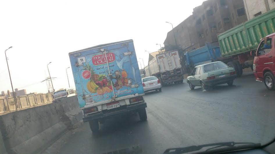 رواد طريق مصر - السويس يشكون وجود حفر تتسبب في تعطل السير (صور)