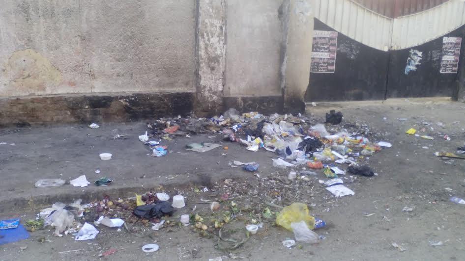 القمامة تحاصر مدرستين بمدينة السلام ..والأهالي: شكينا ولا حياة لمن تنادي (صور)