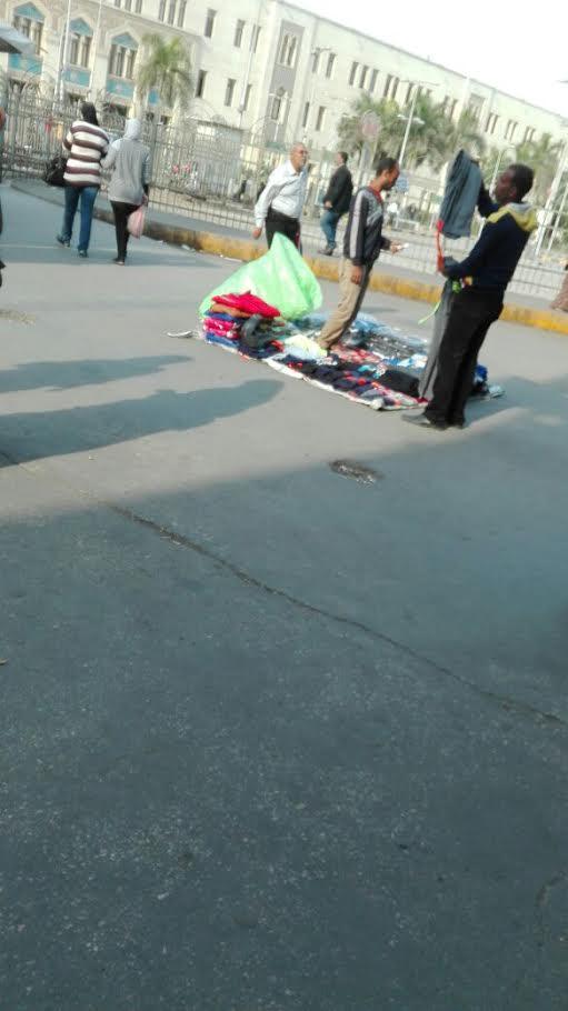 عودة الباعة الجائلين لميدان رمسيس رغم إخلائه منذ عدة أشهر (صور)