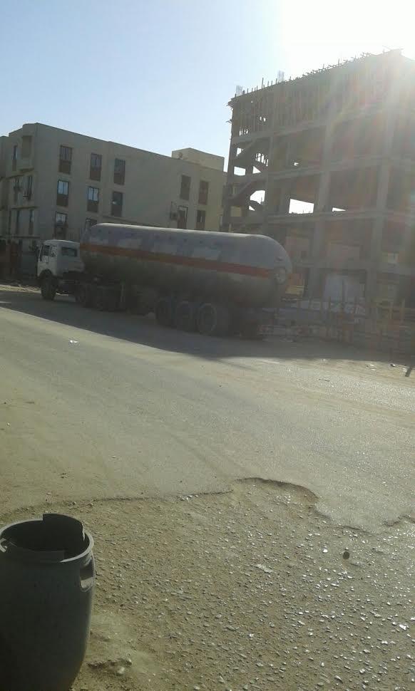 مخاوف بين سكان مدينة «إدفو» بسبب انتظار سيارات الغاز داخل المدينة (صورة)