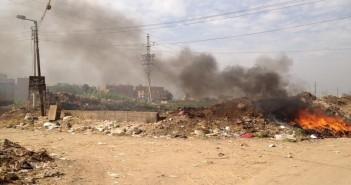 استياء أهالي «كفر الحارث» بسبب حرق الوحدة المحلية للقمامة على مدخل القرية (صور)