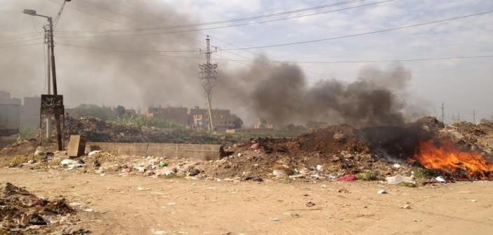 استياء أهالي «كفر الحارث» بالقليوبية من حرق الوحدة المحلية للقمامة على مدخلها (صور)