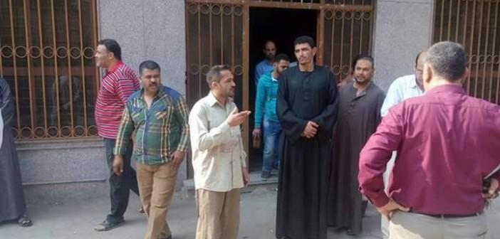 تكدس العشرات أمام سجل مدني منشأة القناطر لتأخر حضور الموظفين (صور)