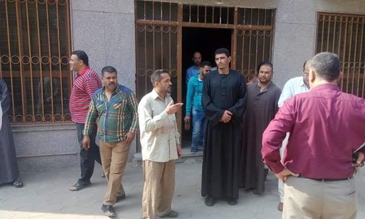 بالصور..تكدس العشرات أمام «منشأة القناطر» السجل المدني والموظفين «لم يحضر أحد»