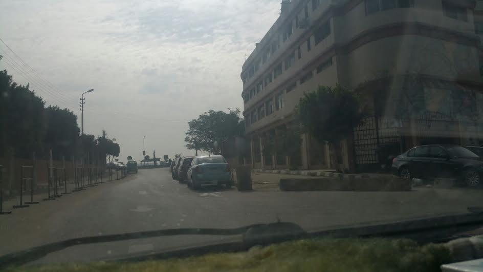 سكان النزهة يشكون سيطرة الحي وشركة بتروجيت على شارع وتحويله لجراج (صور)