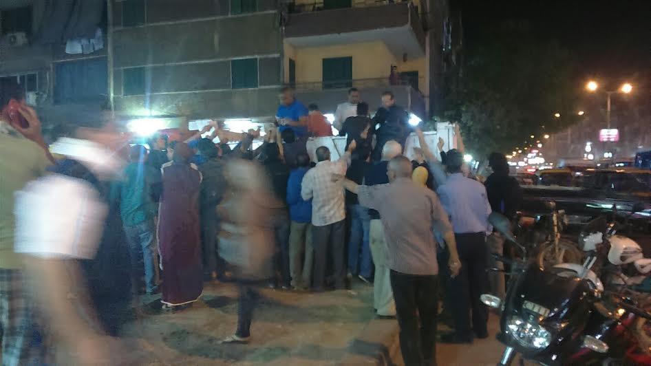 دي مش مظاهره .. زحام على سيارات تبيع السكر بمنطقة إمبابة (صور)