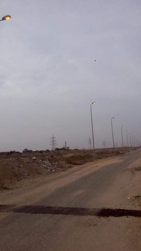 في عز الظهر .. أعمدة الإنارة مضاءة بمدخل الشيخ زايد (صور)