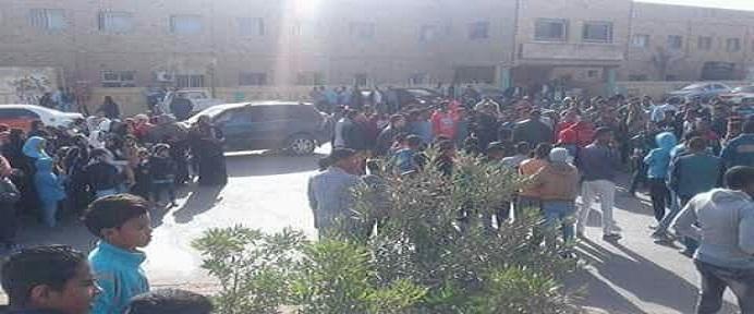 وقفة أهالي رأس غارب للمطالبة بصرف تعويضات متضرري السيول: المحافظ نسينا (صور)