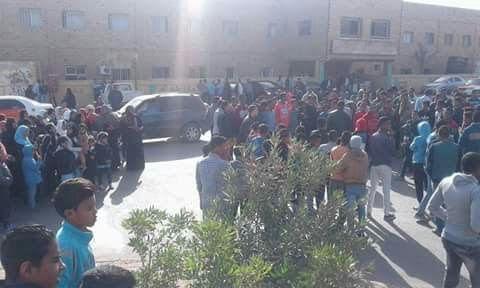 وقفة لأهالي رأس غارب للمطالبة بصرف تعويضات للمتضررين من السيول: المحافظ نسينا (صور)