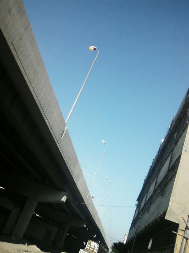 أعمدة الإنارة مضاءة نهاراً أعلى كوبري «القباري» بالإسكندرية (صورة)