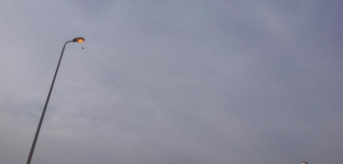 في عز الضُهر .. أعمدة الإنارة مُضاءة بمدخل الشيخ زايد (صور)