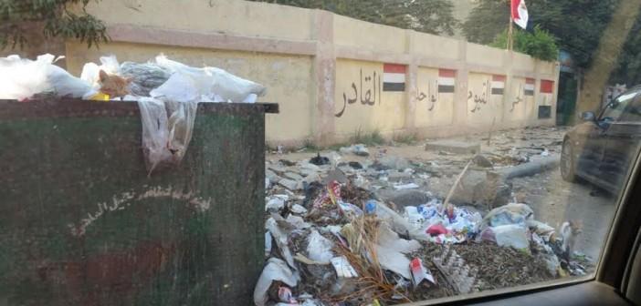 أولياء أمور يطالبون برفع القمامة أمام مدرسة عباس العقاد بمدينة نصر (صور)