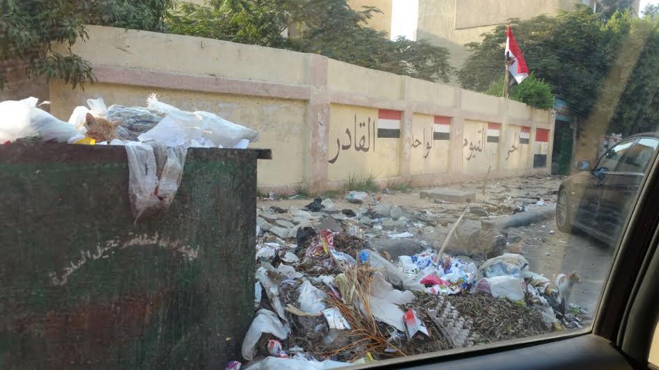 أولياء أمور يشكون انتشار القمامة أمام مدرسة عباس العقاد للغات بمدينة نصر(صور)