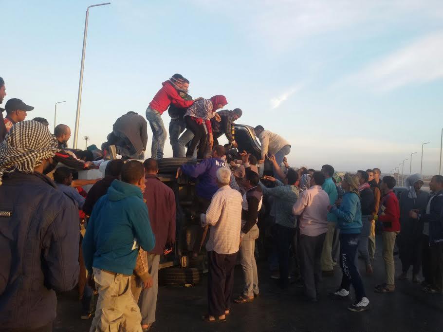 إصابة 14 راكب في انقلاب سيارة على الدائري الإقليمي (صور)