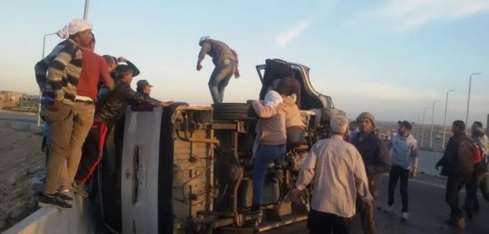 إصابة 14 راكبًا في انقلاب سيارة عَ الدائري الإقليمي (صور)