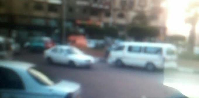 سير عكس الاتجاه.. ميكروباص يخالف قواعد السير بميدان ابن الحكم (صورة)