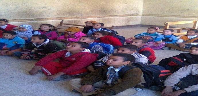 ف البرد.. تلاميذ مدرسة بسوهاج يدرسون عَ الأرض لعدم وجود مقاعد (صور)