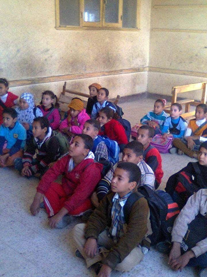 طلاب «مدرسة سالم» بسوهاج يدرسون على الأرض لعدم وجود مقاعد (صور)