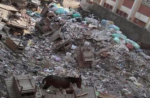 استياء أولياء أمور تلاميذ مدرسة «صفية زغلول» بالهرم من انتشار القمامة (صورة)