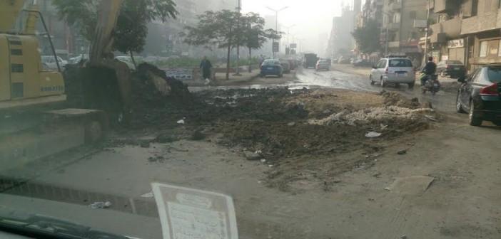 عكس الاتجاه.. عمليات حفر بشوارع العمرانية تعرقل حركة المرور (صور)