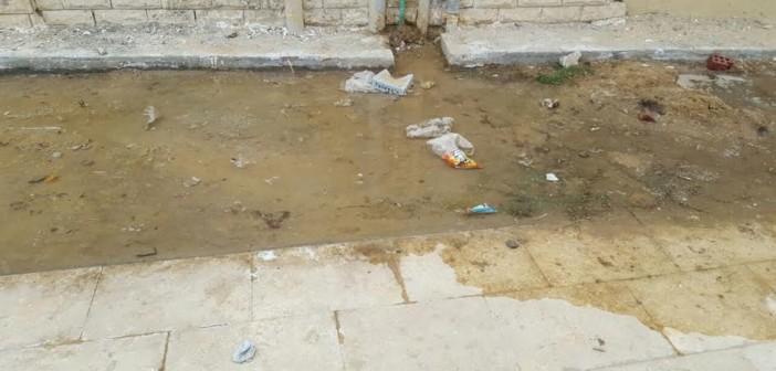 في كومباوند بـ 6 أكتوبر.. ماسورة مياه مكسورة منذ شهر دون إصلاحها (صور)
