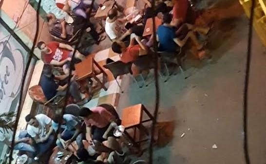 في حي «توريل» بالمنصورة.. مقاهي عشوائية تحتل الشوارع (صورة)