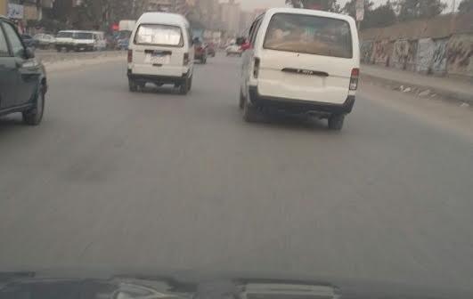 عكس الاتجاه.. سيارات مخالفة تتحرك بحرية بشارع جسر السويس (صور)