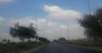 أعمدة الإنارة بطريق بلبيس الصحراوي مضاءة في عز النهار (صورة)