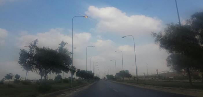 أعمدة إنارة طريق بلبيس الصحراوي مضاءة في عز النهار (صورة)