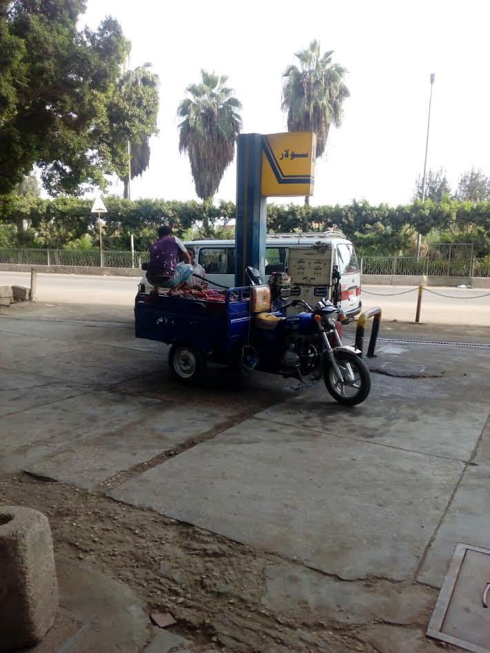 بالصور.. لحظة تهريب البنزين للسوق السوداء من محطة وقود بالشرقية
