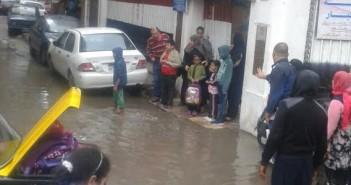 مياه الأمطار تمنع طلاب مدرسة «جناكليس» من الدخول.. ومواطن:البلاعات مش شغاله (صور)