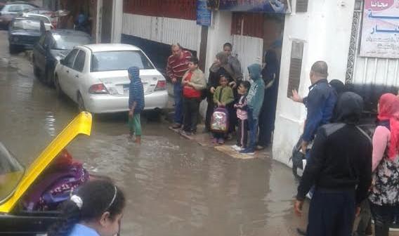 الأمطار تمنع طلاب مدرسة بالإسكندرية من دخولها.. ومواطن: البلاعات مش شغالة (صور)