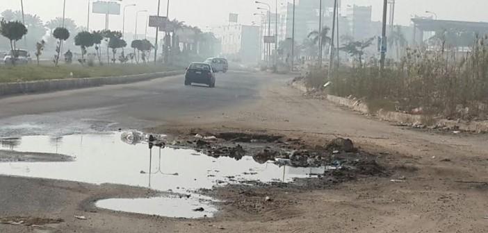 سكان الحي التاسع بالعبور يشكون تردي الطرق وانتشار الحفر (صور)