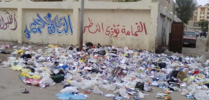 سكان «السلام» يشكون انتشار القمامة أمام مدرسة بالمدينة (صورة)