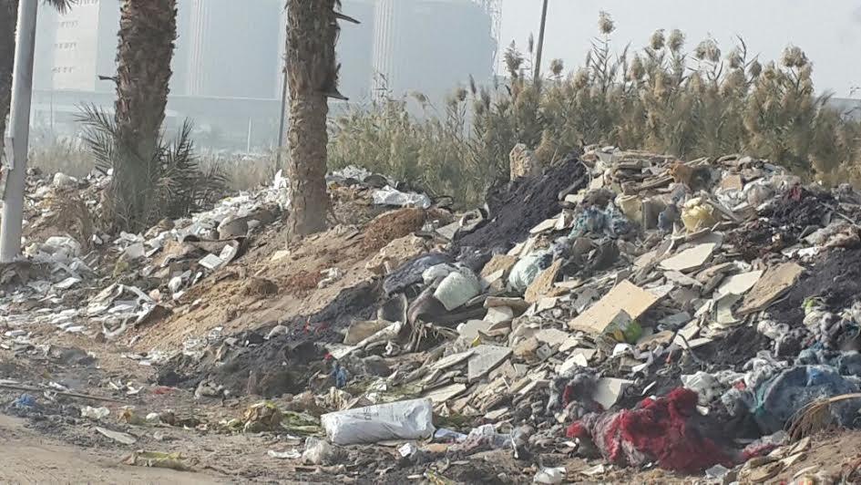 سكان «الحي التاسع» بالعبور يشكون مستوى الطرق: البلاعات مفتوحة والقمامة تحاصره (صور)