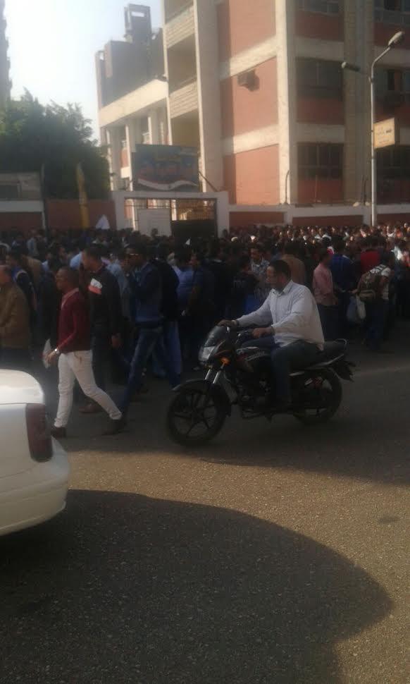 زحام شديد للمتقدمين لاختبارات النيابة الإدارية أمام مدرسة الجيزة الثانوية (صورة)