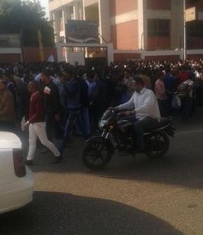 زحام شديد لمتقدمي اختبارات النيابة الإدارية أمام مدرستين بالجيزة (صورة)