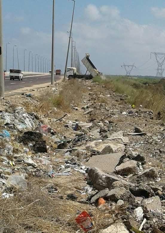 سيارة جمع القمامة تفرغ حمولتها في بحيرة إدكو (صورة)