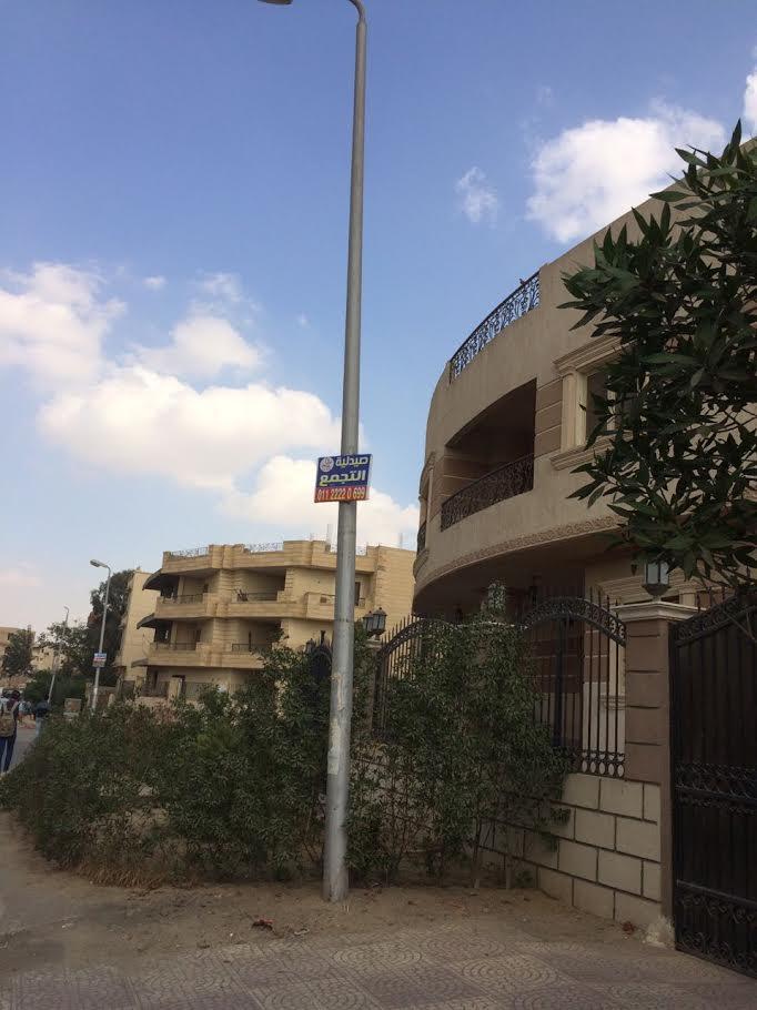 أسلاك الكهرباء مكشوفة في شوارع التجمع الخامس..ومواطن:«اشتكينا محدش رد علينا»(صور)