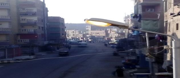 أعمدة إنارة مُضاءة نهارًا في أوسيم.. ومواطن: إهدار للمال العام (صور وفيديو)