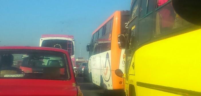 اشتعال النار في سيارة عَ الدائري يشُل المرور في اتجاه الوراق (صور)
