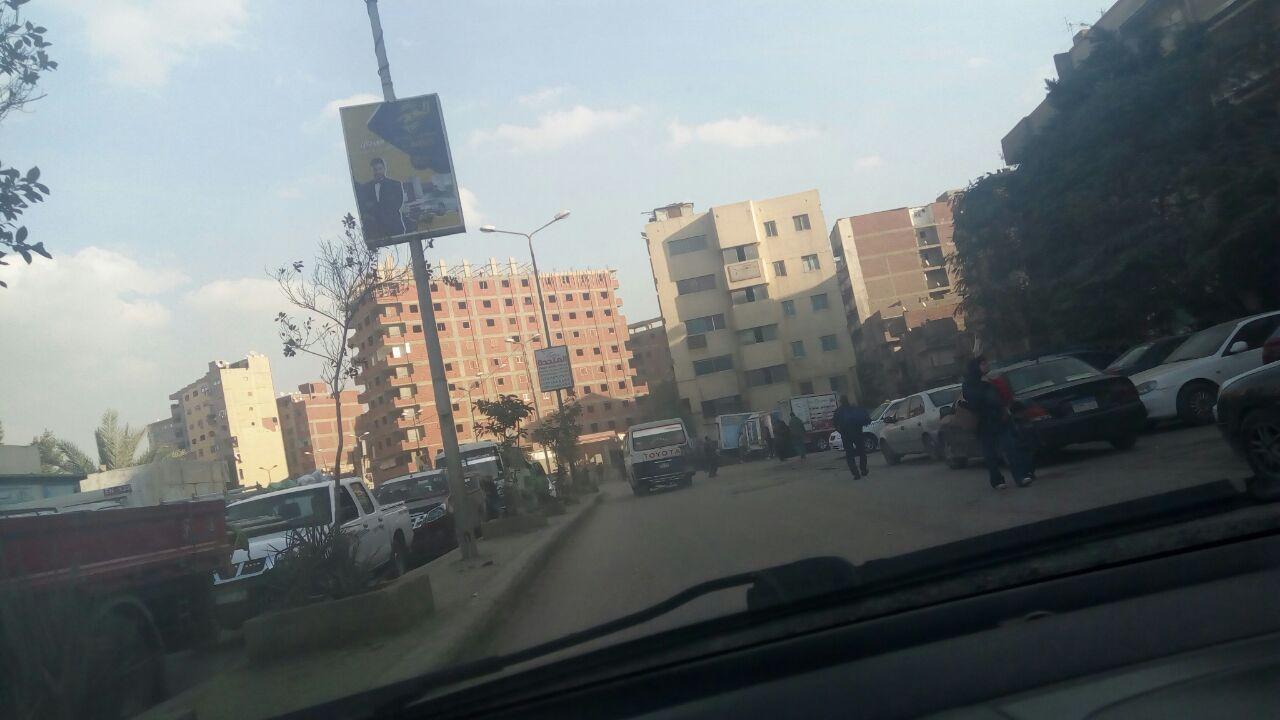 موقف عشوائي لسيارات الأجرة أمام قسم الوراق يعرقل حركة المرور