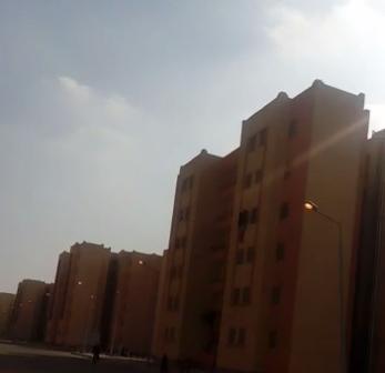 إضاءة أعمدة الإنارة بمدينة بدر في عز الظُهر (فيديو)