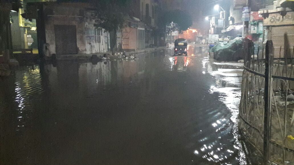 بالصور.. انكسار ماسورة مياه رئيسية في الواسطى يغرق شوارعها