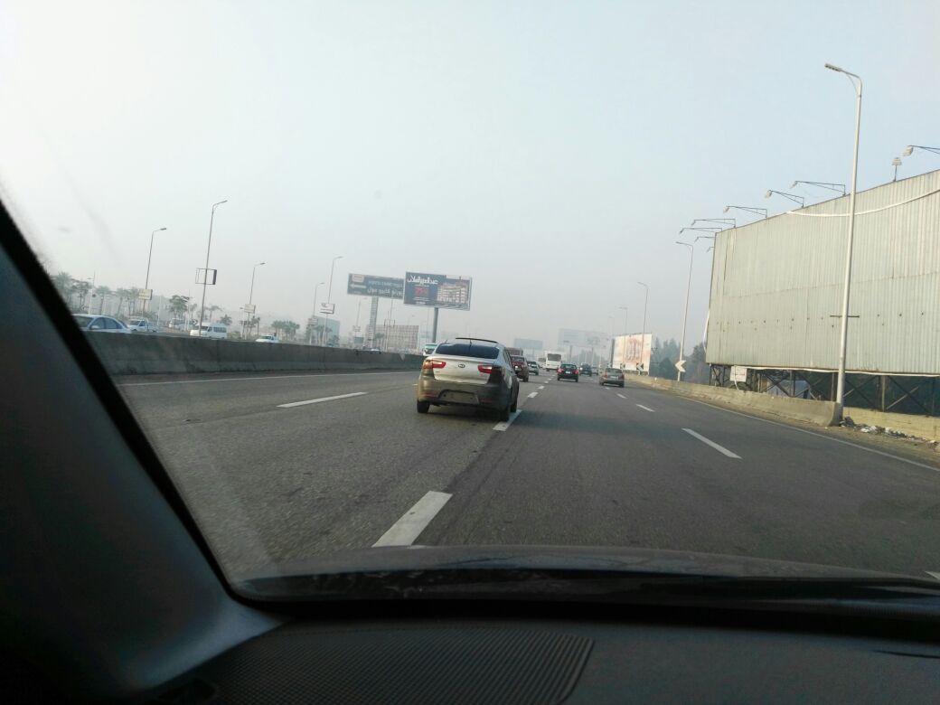 دون لوحات.. سيارة تتحرك بحرية على طريقي السويس والدائري (صور)
